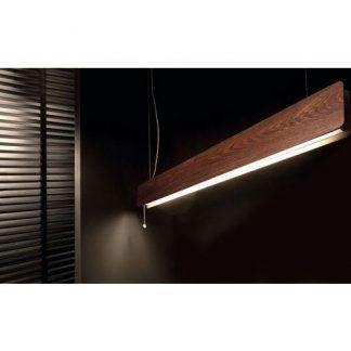 podłużna drewniana lampa wisząca w salonie