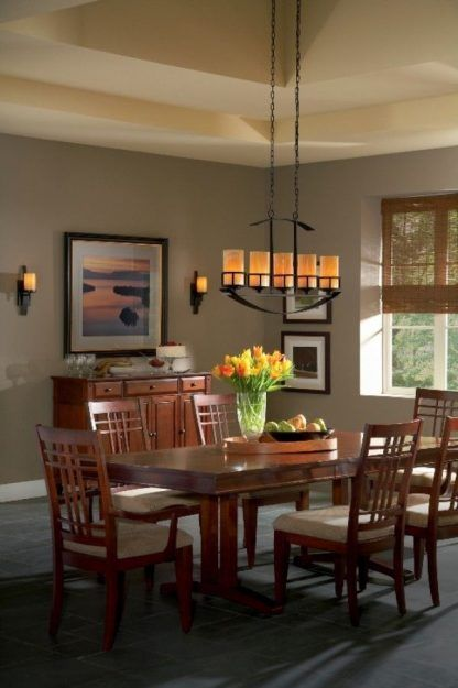 Podłużna klasyczna lampa wisząca nad stołem w jadalni