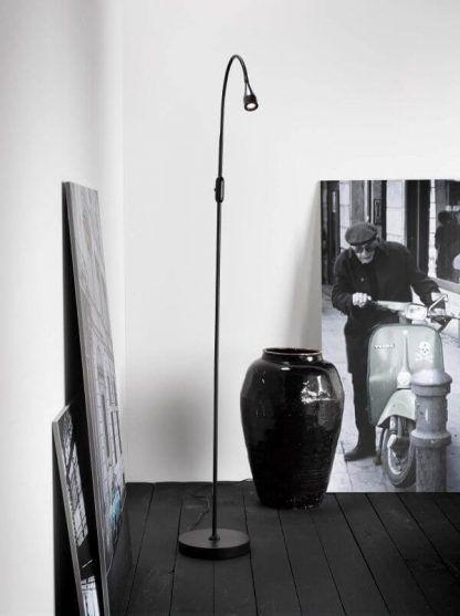 podłużna wysoka lampa podłogowa czarna - scandi