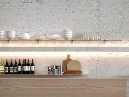 podłużny kinkiet nad blat w kuchni podświetlany od dołu