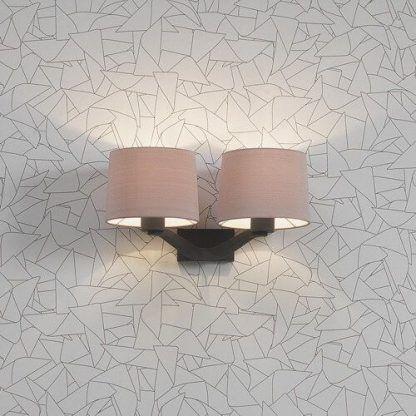 podwójny kinkiet na geometrycznej tapecie