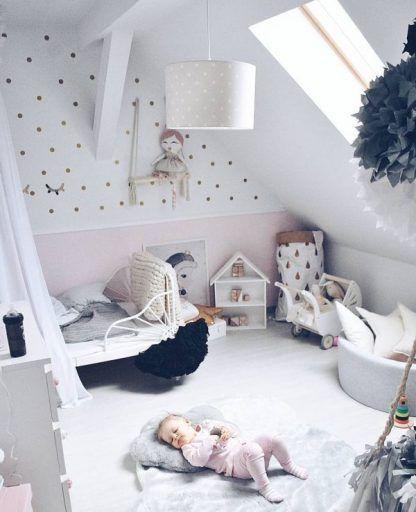 Pokój dla dziecka z lampą wiszącą w grochy