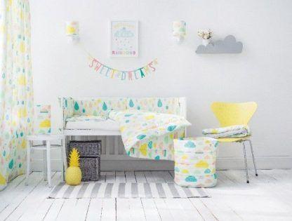 Pokój dziecięcy z dekoracjami w kolorowe kropelki