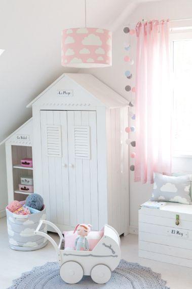 Pokój dziecka w bieli z różową lampa w chmurki