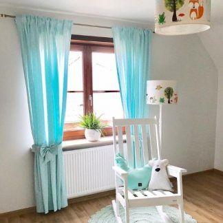 Pokój z niebieskimi zasłonami lampa w zwierzątka