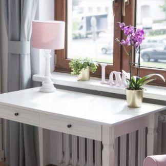 Pokój z oknem różowa lampa z abażurem na stoliku