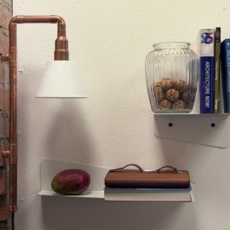 pomysłowa lampa loftowa z miedzianych rurek nad stół