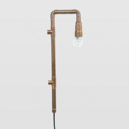 pomysłowa lampa ścienna z rurek z miedzi