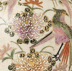 porcelanowa lampa stołowa kremowa w kwiaty