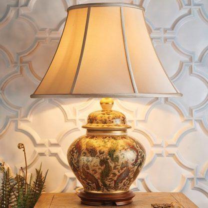 porcelanowa lampa stołowa na strukturalnej ścianie