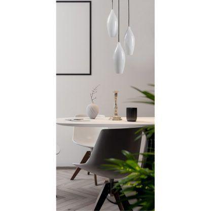 potrójna lampa nowoczesna wisząca nad małym stołem