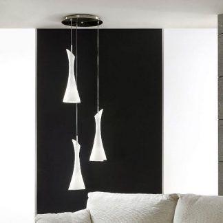 potrójna lampa wisząca nad stolik do salonu z czarną ścianą