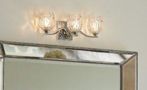 potrójny kinkiet szklany glamour z kryształowymi kloszami nad lustro