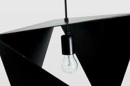 powyginana lampa wisząca w czarnym kolorze do salonu