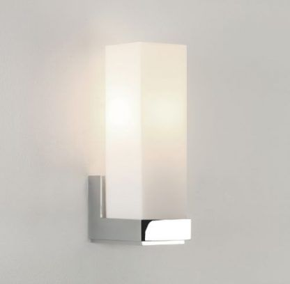 prostokątny kinkiet z mlecznego szkła w łazience