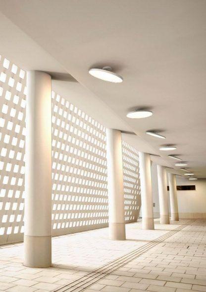 prosty biały plafon do galerii sztuki