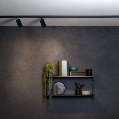 reflektor sufitowy szynowy szara ściana aranżacja