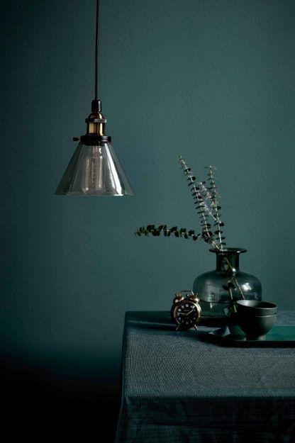 retro owoczesna lampa do ciemno zielonego salonu nad stolik