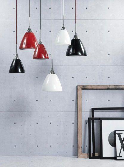 Różnokolorowe metalowe lampy na szarej ścianie
