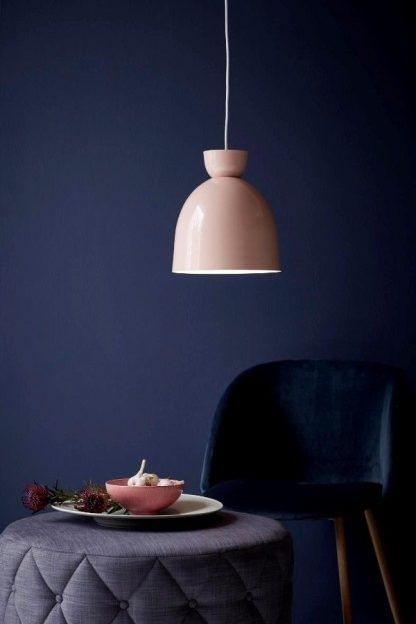 różowa delikatna lampa wisząca nad biały stół