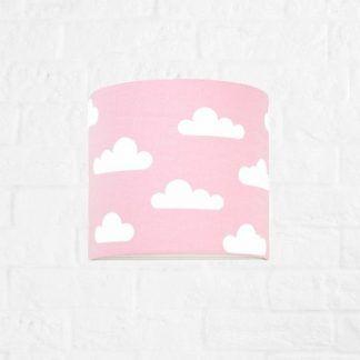 różowa lampa na ścianę nad łóżeczko dziecka