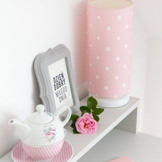 Różowa lampa w grochy na białym biurku