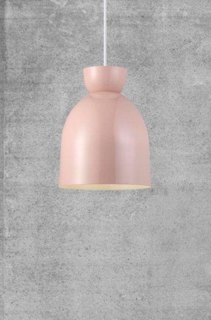 różowa lampa wisząca do betonowej ściany w salonie