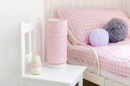Różowa lampka nocna w grochy na krzesełku