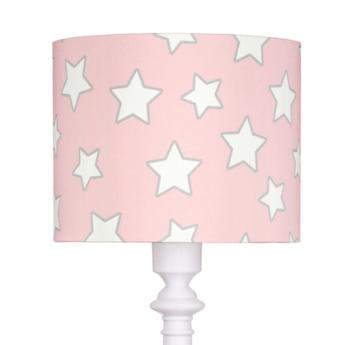 Różowy abażur w białe gwiazdki w lampie do sypialni