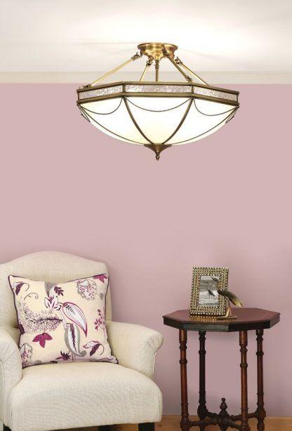 russell szklana lampa sufitowa na jasnoróżowej ścianie