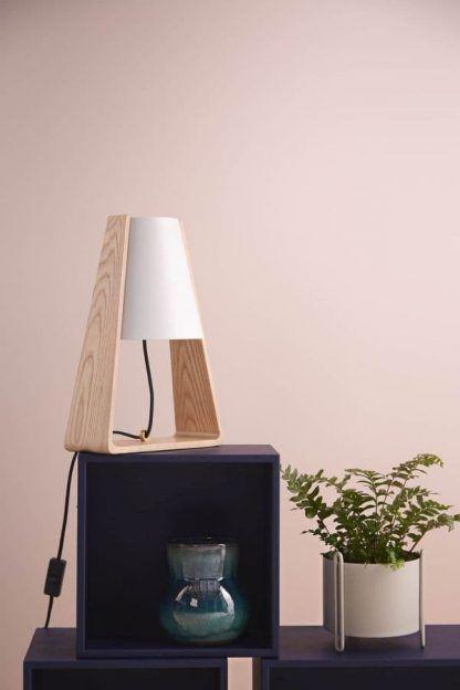 skandynawska lampa stołowa drewniana podstawa