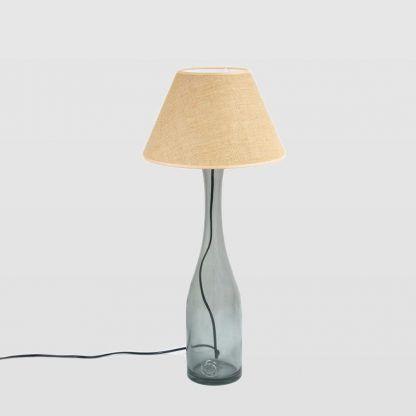 Smukła podstawa lampy z abażurem i czarnym przewodem
