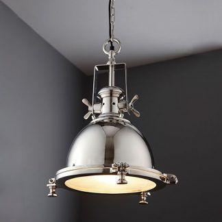 Srebrna lampa na łańcuchu na tle szarych ścian