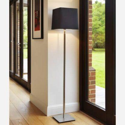 srebrna lampa podłogowa do salonu aranżacja