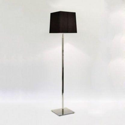 srebrna lampa podłogowa z ciemnym abażurem