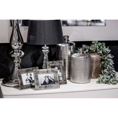 srebrna lampa stołowa z abażurem aranżacja