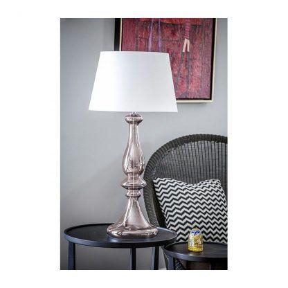srebrna lampa stołowa z białym abażurem salon