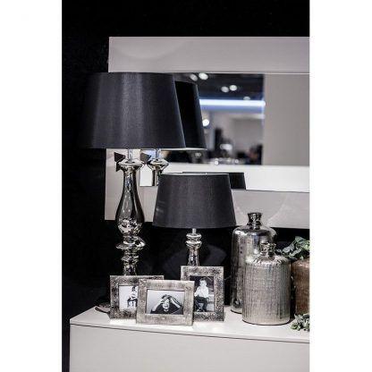 srebrna lampa stołowa z czarnym abażurem aranzacja