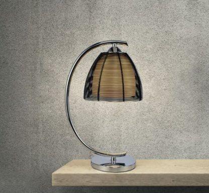 Srebrna lampa stołowa z czarnym kloszem w aranżacji betonowej