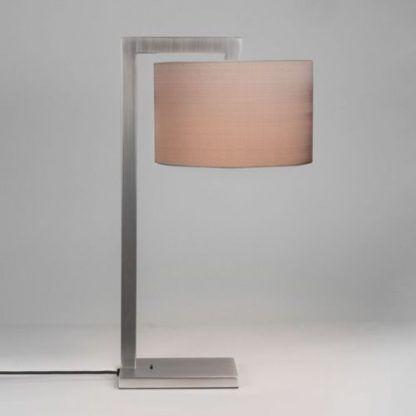 srebrna lampa stołowa z włacznikiem i łososiowym abażurem