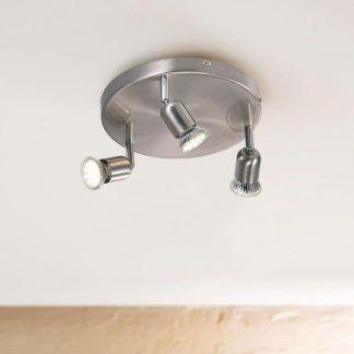 srebrna lampa sufitowa z małymi reflektorkami