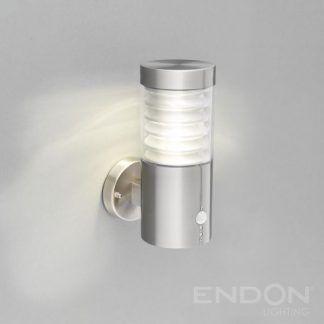 Srebrna lampa tuba z czujnikiem ruchu na szarej ścianie