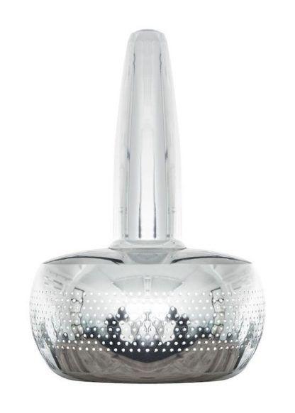 srebrna lampa umage nad mały stolik w salonie