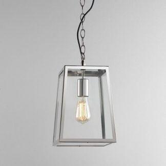 srebrna lampa wiszaca nad drzwi wejściowe domu jednorodzinnego