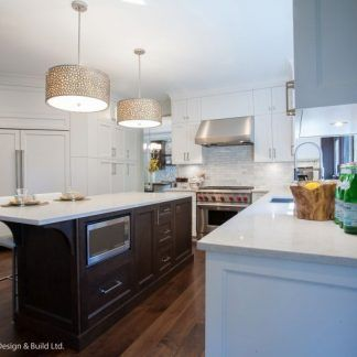 srebrne lampy wiszące nad blat w kuchni aranżacja
