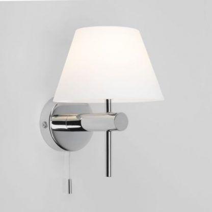 srebrny kinkiet do łazienki z białym abażurem - nowoczesny