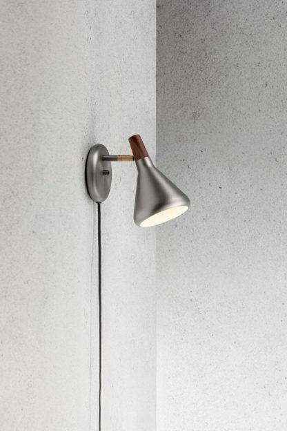 srebrny kinkiet do surowego wnętrza z betonu