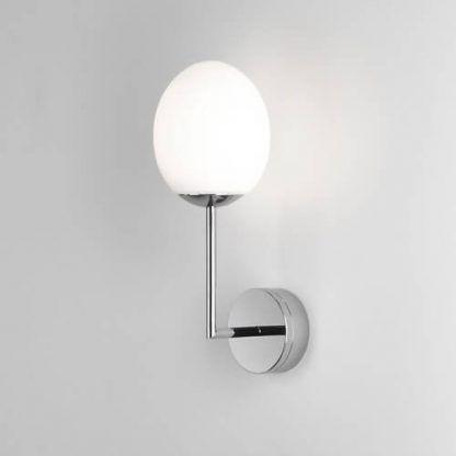 srebrny kinkiet łazienkowy klosz z białego szkła