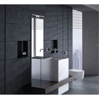 srebrny kinkiet łazienkowy w szarej łazience