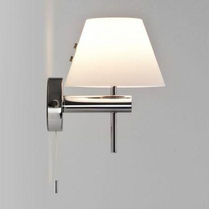 srebrny kinkiet łazienkowy z białym nowoczesnym abażurem